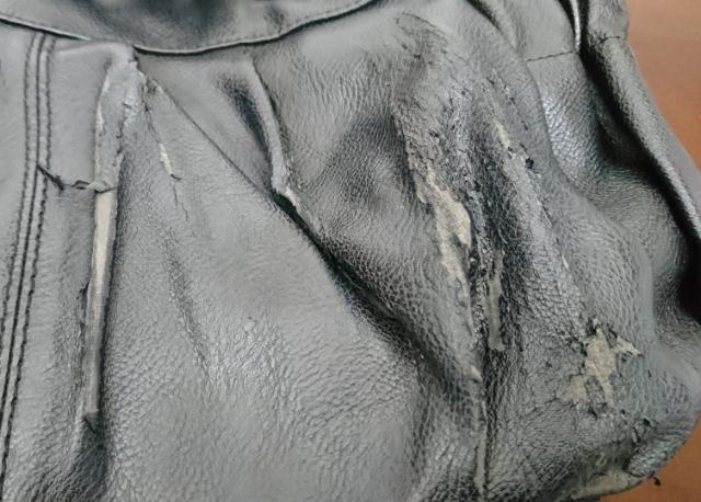 ボロボロの通勤バッグ
